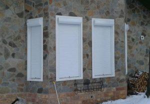 Ролети захисні для вікон білого кольору фото