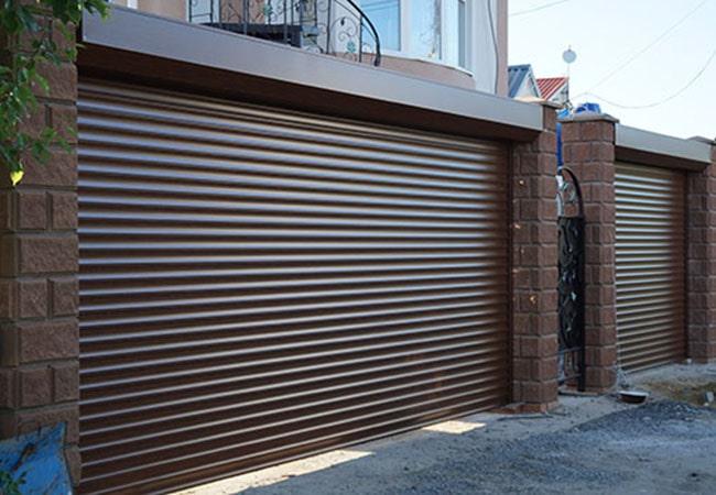Роллета гаражная коричневого цвета с пеной 55 мм фото